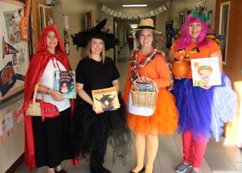 giáo viên nước ngoài dạy tiếng anh hóa trang Halloween